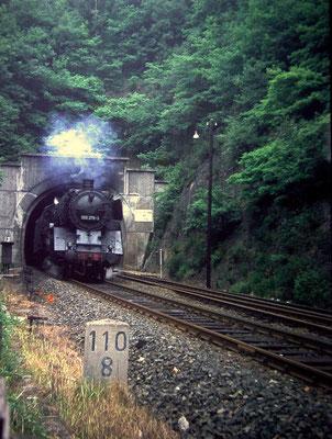 Eiserfeld im Juli 1969: Lok 003 276 Bw Gremberg verläßt mit Militärzug aus Brüssel den Niederscheldener Tunnel (Aufnahme: Dr. Richard Vogel, Berlin)