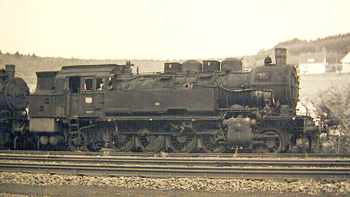 Lok 93 1164 abgestellt mit weiteren 93ern 1964 in Hilchenbach, die Lok kam noch buchmäßig vom Bw Erndtebrück zum Bw Siegen