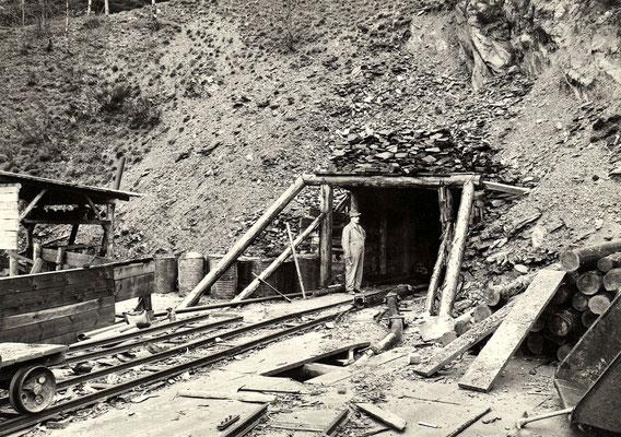 Eingang zum Arbeitsstollen mit schmalspurigem Baugleis
