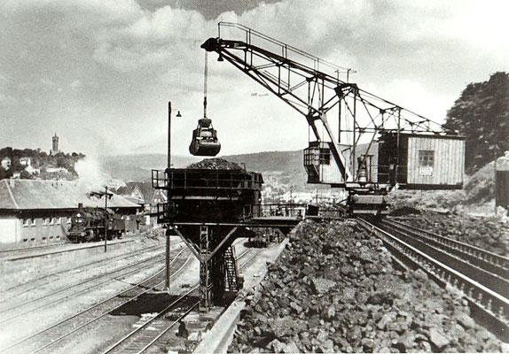 Dillenburg 1960: Bekohlungsanlage und Lok der Baureihe 55.25