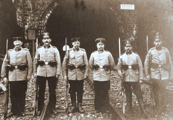 Bei Brachbach: Landsturm Siegen Infanterie Ersatz-Bataillion XVIII-23 vor dem Büdenholzer Tunnel