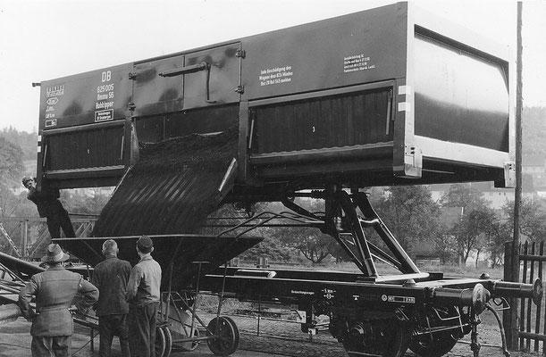 1955: SEAG Hubkipper Ommu für die DB wird ungekippt entladen (Werkfoto SEAG)