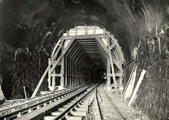 Tunnelröhre mit Betriebsgleis und schmalspurigen Baugleisen