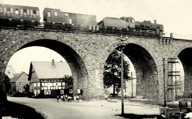 Die Siegener 38 2194 mit P 1872 nach Dillenburg auf dem Viadukt in Niederdielfen im Juni 1938