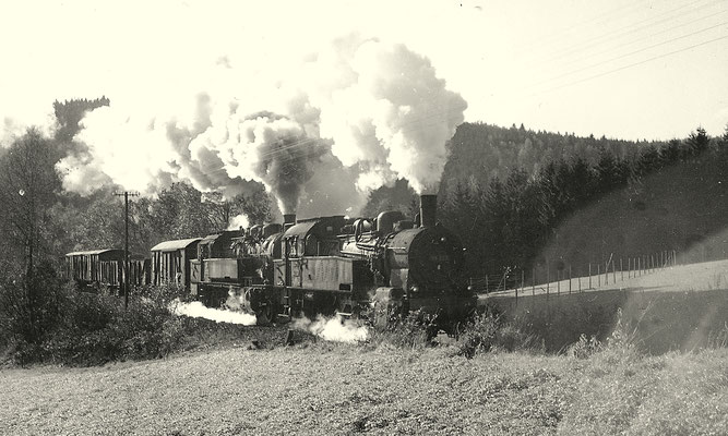 Nahgüterzug 9105 mit 93 998 und 94 713 bei Vormwald im Februar 1962 (Aufnahme: Gerhard Moll, Vormwald)