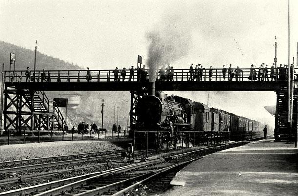 Dillenburg 1915: Personenzug mit P8 nach Siegen unter Bahnsteig-Überführung