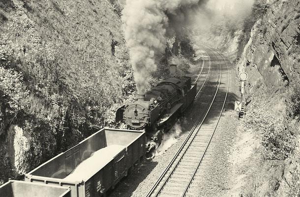 50 610 schiebt zwischen Kaan und Niederdielfen am 16.06.1961 (Aufnahme: Gerhard Moll, Vormwald)