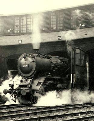 Lok 01 011 Bw Hagen-Eck ist die ehemalige 02 001, hier 1959 im Bw Siegen