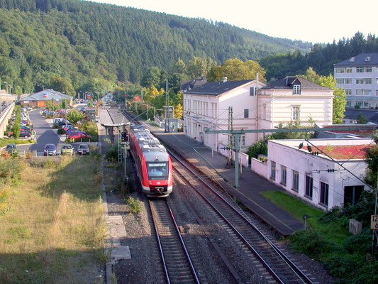26.09.2008: Dieselzug der DB-Dreiländerbahn unter Fahrdraht im verstümmelten Bahnhof Kirchen