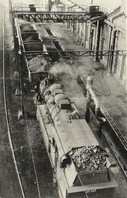 Lok 93 925 Bw Erndtebrück neben dem Ringlokschuppen 1956 in Siegen vom Feuerlöschturm aus aufgenommen (Aufnahme: Sammlung Waldemar Weishaupt, Eisern).