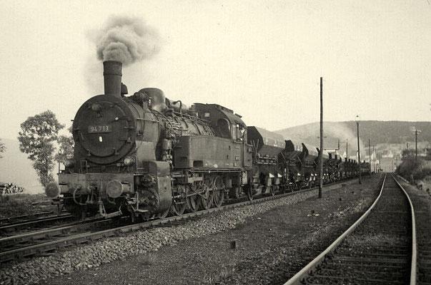 Schotterzug mit 94 713 und Schiebelok in Oberndorf 1960