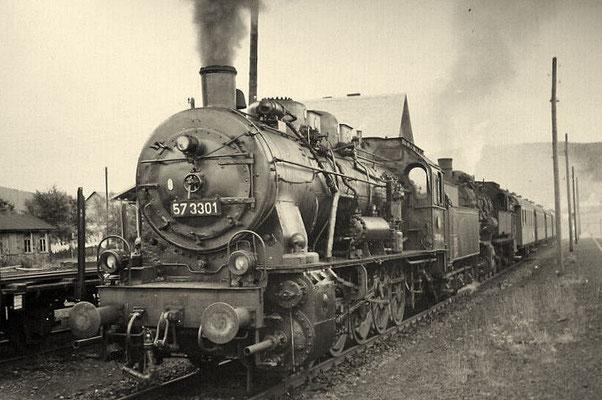 57 3301 und 93 1094 vor Personzug in Oberndorf 1958