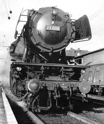 23 008 Bw Siegen vor Personenzug nach Betzdorf, 1968