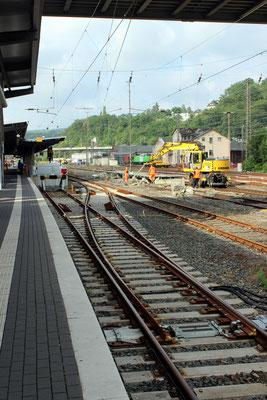 Der behlfsmäßige Bahnsteig wird entfernt, neue Weichen sind eingebaut