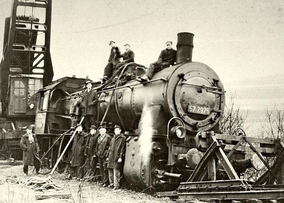 1956: Lok 57 2975 hat den Prellbock in Buschhütten überfahren, zur Bergung wurde ein Dampfkran eingesetzt