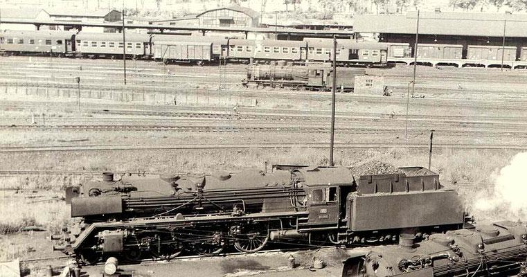 Dillenburg 1960: 01 099 im Bw und eine G10 als Heizlok im Güterbahnhof