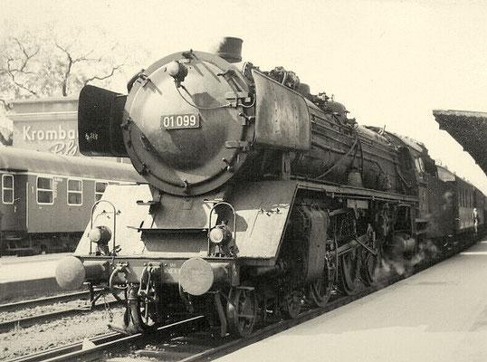 Lok 01 099 Bw Dillenburg im Bahnhof Siegen vor Personenzug nach Giessen am 23. 05.1964