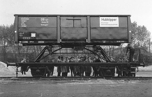 1955: SEAG Hubkipper Omm für die DB, Wagenkasten angehoben (Werkfoto SEAG)