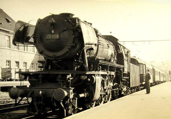 Lok 23 008 Bw Siegen ist 1963 mit Eilzug aus Köln in Siegen angekommen