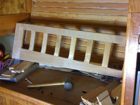 Rücklehne Salonbank (im Bau; wie alle andern Holzobjekte verzapft)/Schienale in costruz.: incastrato