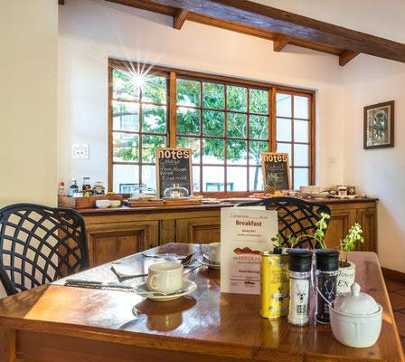 Frühstücksraum mit reichhaltigem Frühstücksbuffet