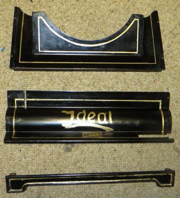 Schriftzug und Zierränder mit Goldfarbe nachgezogen und bereits mit Schellack überdeckt
