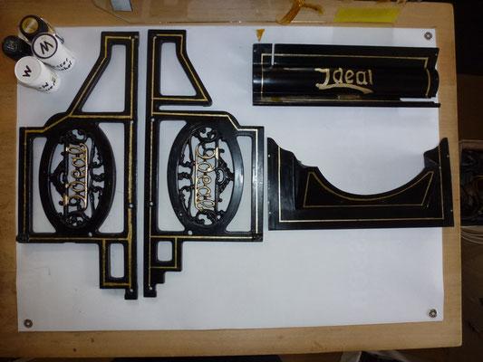Die beiden Seitenrahmen  Zierränder mit Abklebung erstellt, mit Goldfarbe gepinselt und mit Schellack poliert.