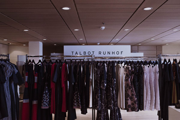 Der Talbot Runhof Pop-up Store auf der EUROPA 2. Quelle: https://www.hl-cruises.de/presse/fotoarchiv/events/fashion2night-2018