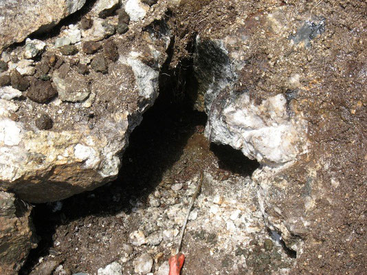 Frische geöffnete Kluft im Granit