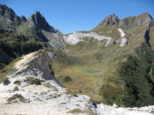 Blick vom Venett Richtung Campolungo. Gut erkennbar die Falte des Dolomits