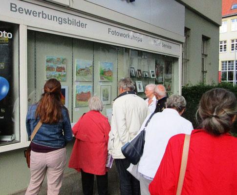 Interessierte beim Galerierundgang- Kunstfenster Lichtenrade- Dieter W. Glathe bei Foto Wichern