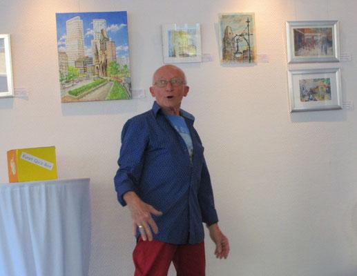 Künstler Dieter W. Glathe vor seinen Werken