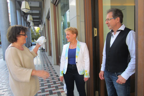 Künstler Sabine Glathe und Georg Grell im Gespräch mit der Galeristin Julia Wolters