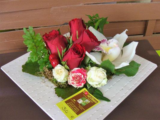 Zinc carré avec roses rouges et autres fleurs. A partir de 34€