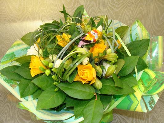 Bouquet rond de rose jaune,   freesia blanc et alstroemère.