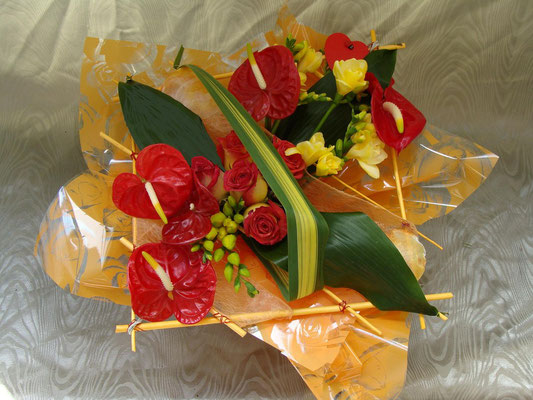 BS13-anthurium rouge, freesia jaune et rose bicolore