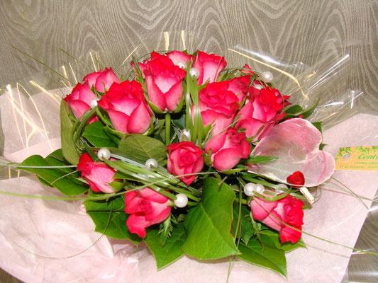 Rose cerise à petit bouton avec un jeu de feuillage et éléments de décoration.