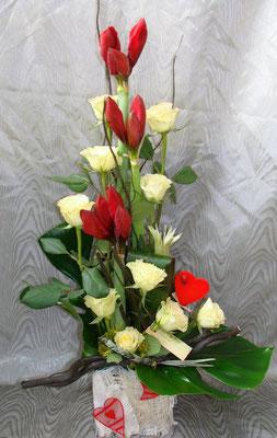 Composition d'amaryllis et de rose blanche + jeu de feuillage.A partir de 45 €