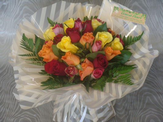 Bouquet rond de roses multicolores