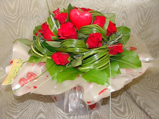 Rose rouge à petit bouton avec un jeu de feuillage