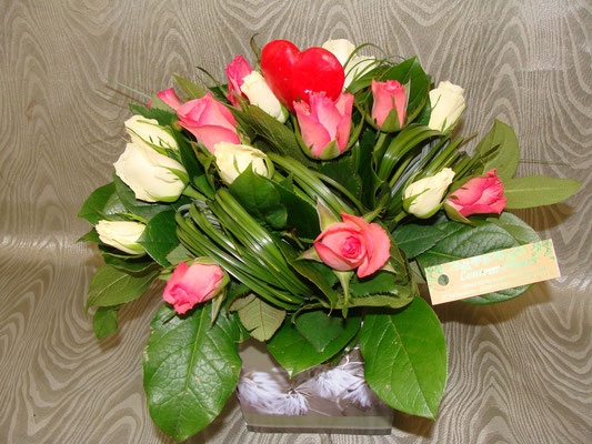 Roses rose et blanche à petit bouton avec un jeu de feuillage