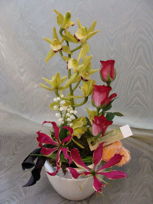 CM7:Composition florale avec muguet      -        Prix: de 30 € à 40 €