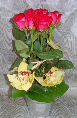 Rose à petit bouton et cymbidium jaune piqués dans contenant + jeu de feuillage.A partir de 35 €