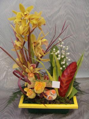CM5:Composition florale avec muguet     -        Prix: de 30 € à 40 €