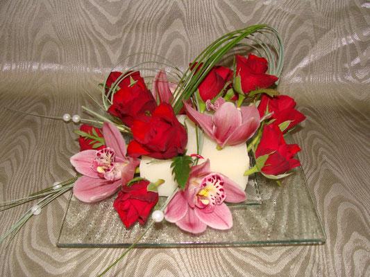 Coupelle de verre moussée et piquée de rose et cymbidium + jeu de feuillage.A partir de 35 €