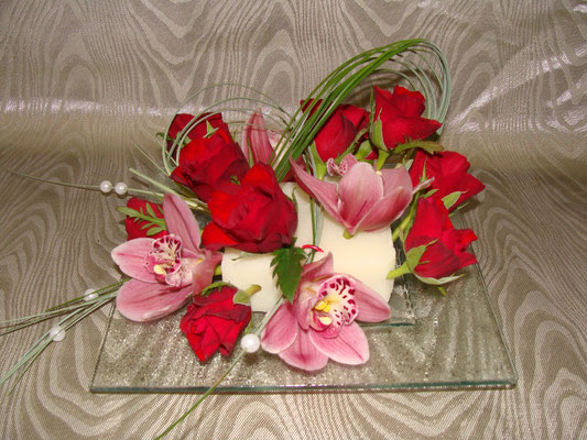 Coupelle de verre piquée de rose et cymbidium + jeu de feuillage. A partir de 35 €