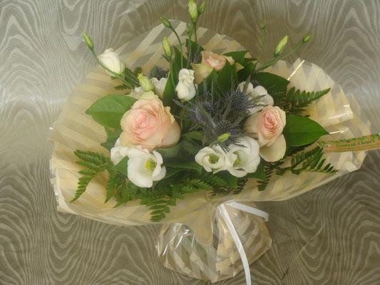 BR6-Rose, lisianthus blanc et chardon bleue