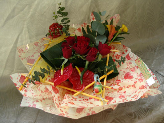 BS8-rose rouge, anthurium rouge et arum jaune