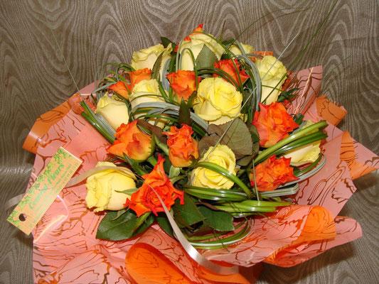 Rose jaune et orange à petit bouton avec un jeu de feuillage