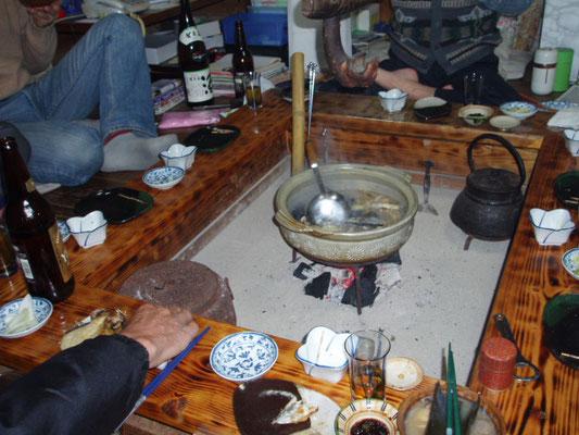 囲炉裏を囲む食事